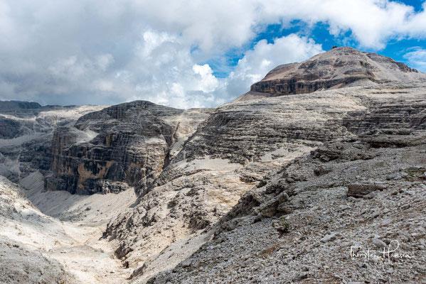 Der Piz Boè (deutsch: Boespitze) ist mit 3152 Metern höchster Berg und einziger Dreitausender der Sellagruppe in den Dolomiten. Auf dem Gipfel treffen drei italienische Provinzen aufeinander: Südtirol, Belluno und das Trentino.