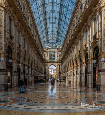 n der Galerie befinden sich vor allem elegante und hochpreisige Geschäfte wie Prada, Armani, Versace, Gucci und Louis Vuitton, sowie auch über Mailand hinaus bekannte Gastronomie