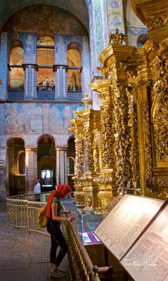 Die Innenausstattung erfolgte ebenfalls nach byzantinischem Vorbild vor allem durch Wandmalereien (etwa 3000 Quadratmeter Fresken) und zirka 260 Quadratmeter Mosaiken.