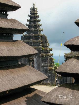 Heiligster der drei großen Tempelbezirke ist der Pura Panataran Agung Besakih im Zentrum, in dem der eine Gott Sanghyang Widhi Wasa...