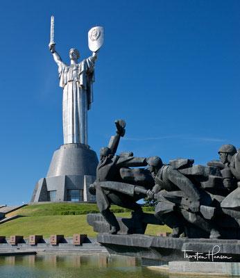 Die Statue besteht aus rostfreiem Stahl, hat eine Höhe von 62 Metern und steht auf einem 40 Meter hohen Sockel am Berghang über dem Dnepr.