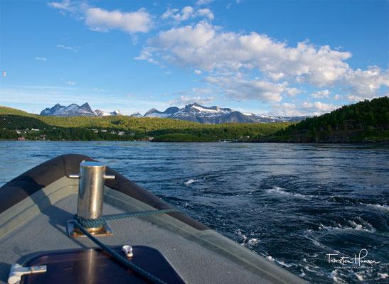 Saltstraumen in Norwegen. Gebirge Børvasstindene im Hintergrund