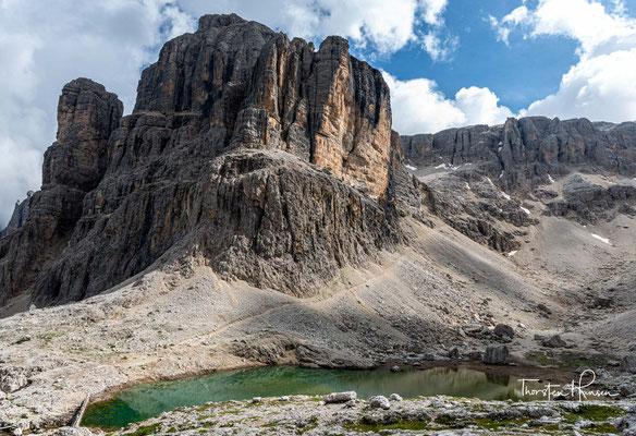 Die Cima Pisciadù (2985m) ragt unmittelbar über der Hütte und dem gleichnamigen See auf