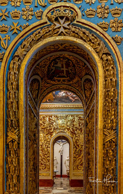 Das Innere aus der Zeit des Hochbarock ist sehr kunstvoll und reich dekoriert. Die Ausstattung erfolgte nach Plänen und unter Leitung des kalabrischen Künstlers und Malteserritters Mattia Preti.