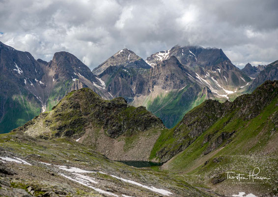 Nach der Querung eines Restschneefeldes, folgt man einem kleinen Schmelzwasserbach der bis zum wunderschön gelegenen Grindlbergsee führt.