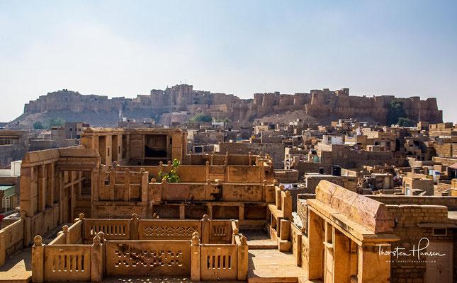 Jaisalmer lag an der großen Ost-West-Handelsstraße. In dieser Stadt erfolgte der Austausch der Handelswaren aus dem Westen mit den berühmten und begehrten Seidenstoffen, Edelsteinen, Gewürzen und Opium des Orients.