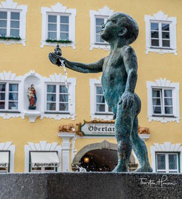 1331 verleiht Kaiser Ludwig von Bayern dem Ort das erweiterte Marktrecht, die Marktstraße zwischen Mühlfeld und Isarbrücke entsteht