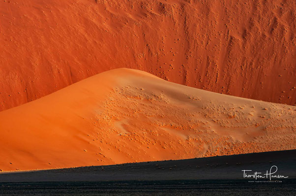 Es nimmt den zentralen Teil der Namib in Namibia ein und ist die zweite Welterbestätte des Landes.