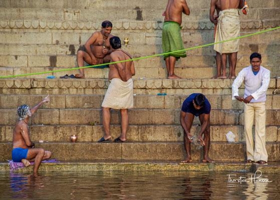 Als besonders erstrebenswert gilt es für strenggläubige Hindus, in Varanasi im Ganges zu baden, sowie dort einmal zu sterben und verbrannt zu werden.