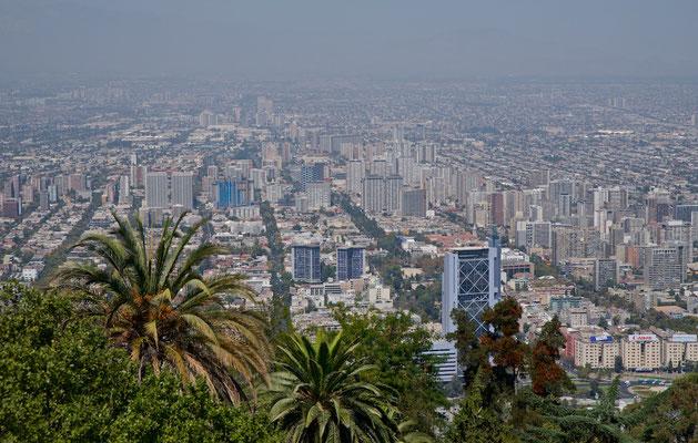 Im städtischen Siedlungsgebiet (área urbana) leben 5.220.161 Menschen, in der gesamten Región Metropolitana sind es 7.112.808. Damit leben etwa 44 Prozent aller Chilenen in der Hauptstadt oder in ihrer direkten Umgebung.