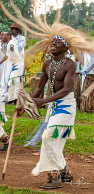 """Unter den Bauerngemeinschaften dominiert ein Stil, der als """"Imparamba"""" bekannt ist. Wenn die Imparamba auf die Bühne kommen, kommen sie mit ihren Hacken, um ihre Kultivierungskunst zu zeigen."""