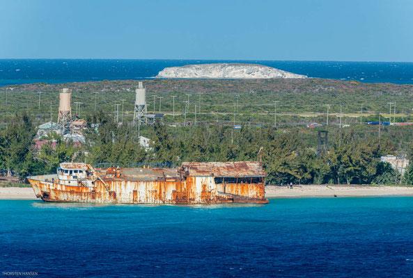 Sie gehört zu den kleineren Inseln des Archipels. Kreuzfahrtschiffe landen im Süden der Insel an.