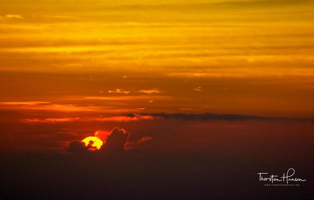 In der Morgendämmerung erlebt man einen atemberaubenden Panoramablick auf die einzigartige umliegende Vulkanlandschaft, bei klarem Wetter sogar mit Blick auf die Berge von Java und Lombok.