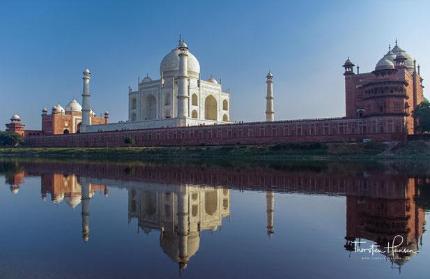 """Da das Fremdwort hier für ein Gebäude, ein Grabmal, also etwas Sächliches steht, wird im Deutschen oft auch """"das Taj Mahal"""" gesagt."""