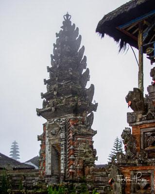 Die ursprüngliche Tempelanlage wurde 1926 zusammen mit dem angrenzenden Dorf Batur durch einen Vulkanausbruch zerstört.