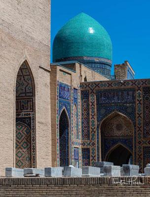 Die ältesten davon sind das Kussam-ibn-Abbas-Mausoleum und eine Moschee aus dem 16. Jahrhundert.