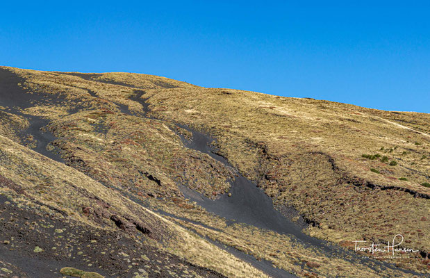 Der Ätna, dessen vulkanische Produkte eine Fläche von etwa 1170 Quadratkilometer und ein Volumen von rund 530 Kubikkilometer einnehmen, ist Europas größter tätiger Vulkan.