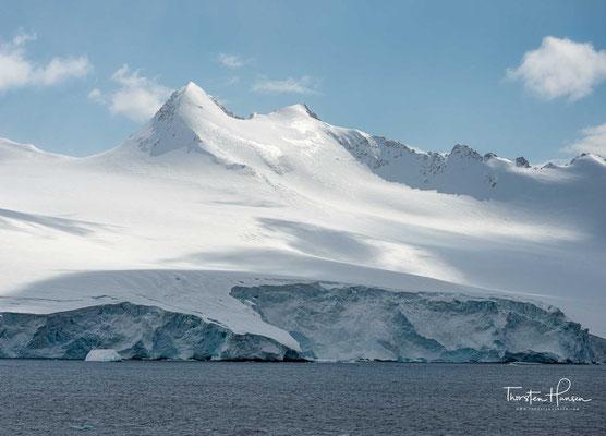 Ihre gegenüber dem Südende Südamerikas liegende Spitze ist der am weitesten vom Südpol entfernte Punkt von Antarktika. Die Halbinsel hat eine Länge von etwa 1200 km.