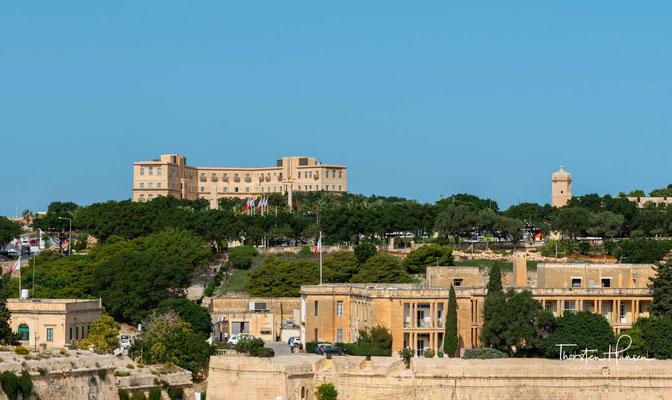 Nachdem Laparelli wieder abreiste, führte der maltesische Architekt Girolamo Cassar den Bau der Stadt nach dem vorgegebenen Entwurf fort. Der Entwurf beinhaltete die äußeren Befestigungsanlagen und das rechtwinklige Straßennetz.