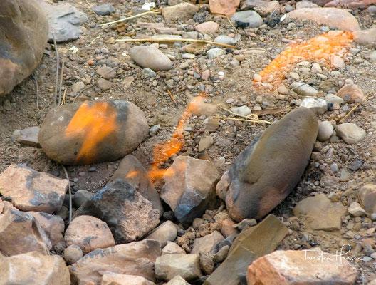 dass die über Jahrtausende gebildeten Gase sich durch Risse in den Gesteinsschichten freisetzen und so das Feuer speisen.