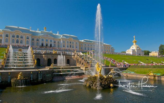 Schloss Peterhof, Fassade zur Ostsee mit der Großen Kaskade im Vordergrund