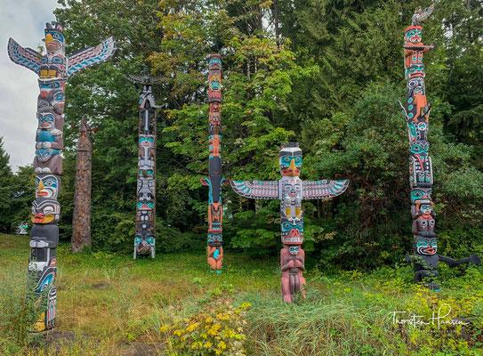 Geschnitzt wurden die Tore und Totems aus uralten Riesen-Zedern, die einmal auf der ganzen Halbinsel zu finden waren, bevor viele von ihnen im 19. Jahrhundert von Holzfällern umgesäbelt wurden.