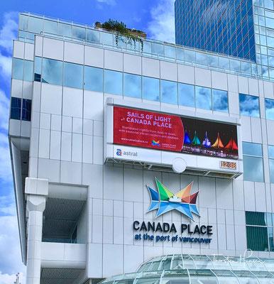 Canada Place ist ein markantes Gebäude im Zentrum der kanadischen Stadt Vancouver, am Ufer des Burrard Inlet.