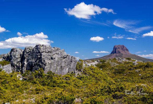 In ihm finden sich zahlreiche Bergseen, Wasserfälle, Schluchten, Gebirgsketten und unter anderem der höchste Berg Tasmaniens