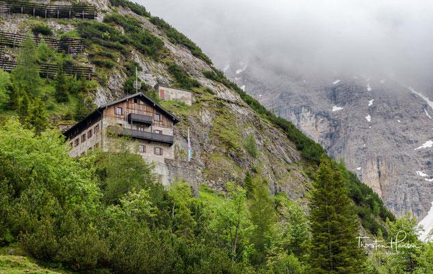 Das Karwendel ist eine Gebirgsgruppe der Nördlichen Kalkalpen. Es liegt zum größeren Teil (rund 80 %) in Tirol, zum kleineren in Bayern; die Grenze verläuft über die Nördliche Karwendelkette und durch das Vorkarwendel.