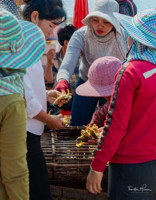 Wer Krabben frisch essen möchten: Gleich neben dem Markt liegen mehrere Restaurants, die frisch zubereitete Krabben anbieten.