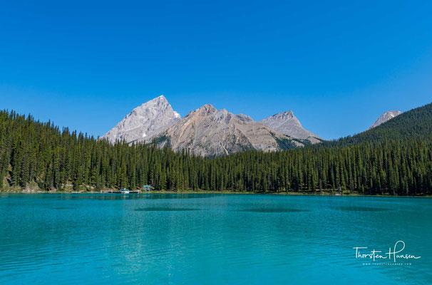 Der See liegt auf einer Höhe von 1670 m, hat eine Oberfläche von knapp 20 km², eine durchschnittliche Tiefe von 100 m und eine Uferlänge von 45 km.