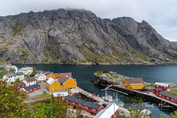 Zum Land hin ist das Dorf scharf begrenzt durch steile Berge. Der höchste der umliegenden Berge ist mit 769 m (ü.NN) die Tønsåsheia.