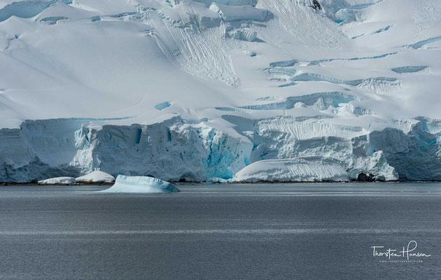 """Die Antarktis (altgriechisch ἀνταρκτικός antarktikos """"der Arktis gegenüber"""") umfasst die um den Südpol gelegenen Land- und Meeresgebiete, also im Groben den Kontinent Antarktika und den Südlichen Ozean (Südpolarmeer, Antarktik)."""