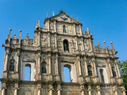 Sie ist in fünf Ebenen gegliedert. Die Fassade ist mit Elementen und Figuren des westlichen Katholizismus und teilweise auch mit orientalischen Ornamenten beschmückt.