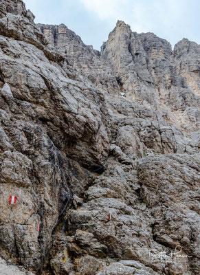 Eine stahlgesicherte Passage mit Stahlstiften und Trittbügeln führt einen in das Val di Tita