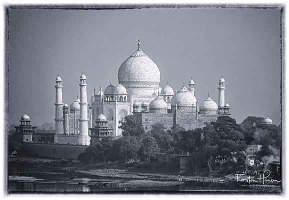 Der Taj Mahal -Krone des Palastes, ist ein ca. 68 Meter hohes, 57 Meter langes und 57 Meter breites Mausoleum (Grabgebäude),