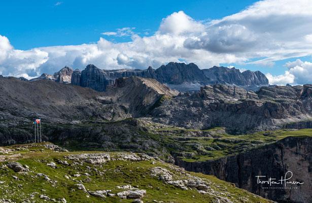 Umgeben von den prächtigen und markanten Dolomitengipfeln der Puez- und Geislergruppe, bietet die Hütte einen der schönsten Ausblicke in den Dolomiten.
