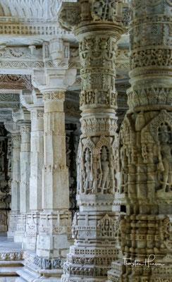 er entspricht eher einem buddhistischen Mandala (vgl. Borobodur oder Somapura Mahavihara) und ermöglicht den über Treppenaufgänge erfolgenden Zutritt aus allen vier Himmelsrichtungen;