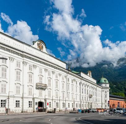 Die Hofburg in Innsbruck ist eine von den Habsburgern errichtete und bewohnte Residenz. Der heutige Zustand beruht auf den Ausbauten unter Kaiserin Maria Theresia im Rokokostil