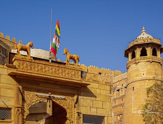 Gemäß der Sage gründete Rawal Jaisal, der Bhatti-Regent des Yadav Clans, dieses bedrohlich wirkende Fort im Jahre 1156 auf dem Hügel-Trikuta.