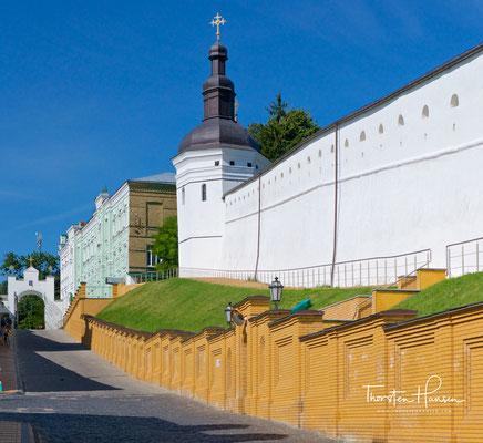 """Mehr als eine Million Touristen besuchen jährlich die ausgedehnten Anlagen und ihre Museen. Das wichtigste Museum ist das """"Museum der historischen Kostbarkeiten der Ukraine""""."""