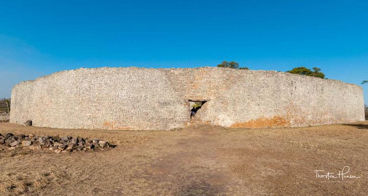 Groß-Simbabwe (auch Alt-Simbabwe, englisch Great Zimbabwe) ist eine Ruinenstadt, die 39 Kilometer von Masvingo entfernt in der Provinz Masvingo in Simbabwe liegt.