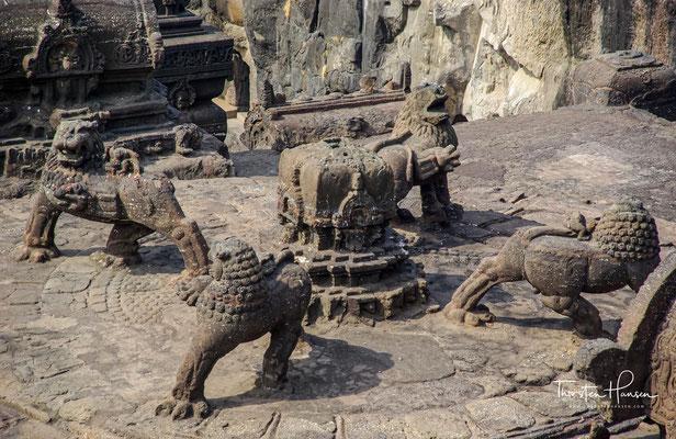 Immer neue Bauten wurden zunächst von wandernden, später jedoch von ortsansässigen Steinmetzen errichtet und immer reicher mit Skulpturen und Malereien ausgestattet.