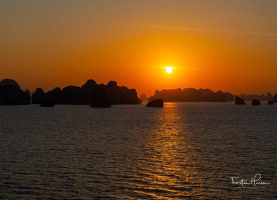 Sonnenaufgang über der Halong Bucht