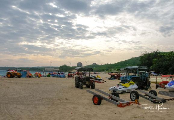 Neben Bananaboot und Jetskifahren, bietet der weiße Sandstrand mit dem sauberen Wasser auch den besten Schutz vor hohen Wellen.