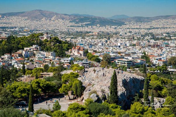 """Der Areopag, auch Areiopag(os), ist ein nordwestlich der Akropolis gelegener, 115 Meter hoher Felsen mitten in Athen. In der Antike tagte hier der oberste Rat, der gleichfalls """"Areopag"""" genannt wurde."""