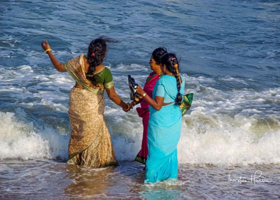 So stieg der Gott zur Erde hinab und bezwang den Ganges, indem er ihn durch sein Haar fließen ließ. Dieses Wunder lockte eine Menge Wesen an, die kamen, um es zu beobachten.