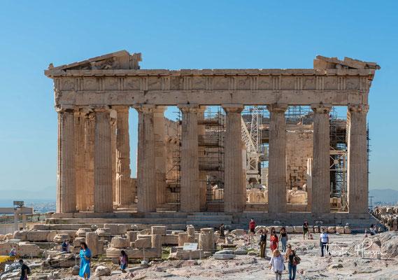 Unter den Osmanen zur Moschee umgestaltet, beherbergte der Parthenon im Krieg gegen Venedig ein Munitionslager. 1687 wurde dieses von einer Kugel getroffen, wodurch es explodierte und den Tempel stark beschädigte.