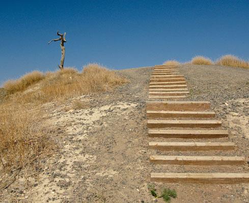 """Der sich über die antike Stadt erhebende Tell trägt den arabischen Namen Tell el-Hösn, d.h. """"Hügel der Stärke"""""""