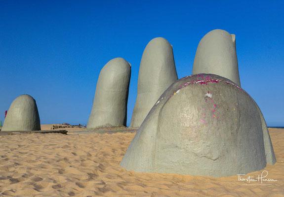 Vergleichbare Werke des Künstlers gibt es in Madrid (1987) in der Atacama-Wüste (1992) und in Venedig (1995). Die Skulptur ist jetzt das Symbol von Punta del Este und eines der bekanntesten Denkmäler in Uruguay.